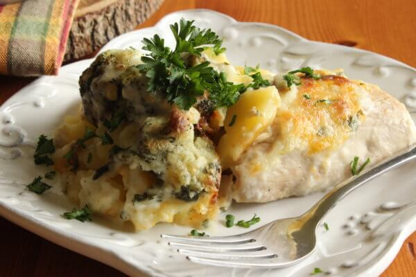 FISH BAKED WITH BROCCOLI AND CREAMY SAUCE