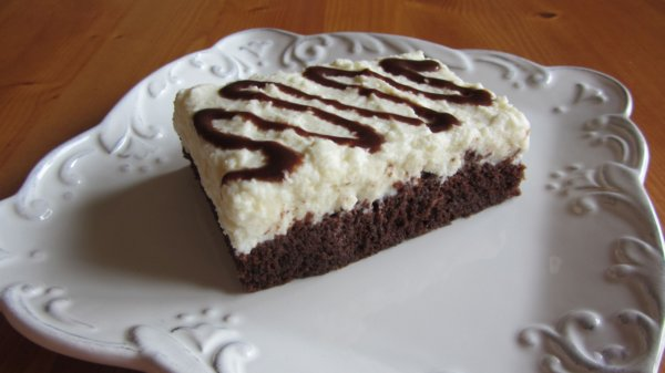 CHOCOLATE CAKE WITH SWEET CHEESE CREAM